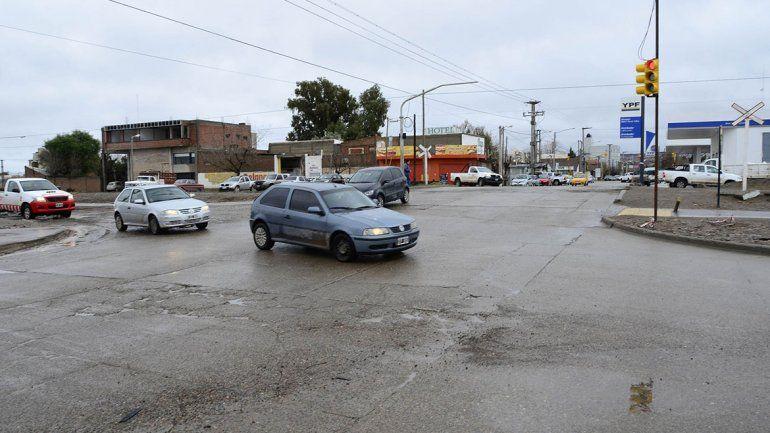 Con un semáforo ordenan el tránsito por obra pluvial