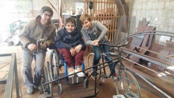 construyo una bici para andar con su primo que usa silla de ruedas