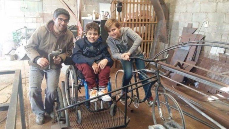 ¡Amigo fiel! Construyó una bici para andar con su primo que usa silla de ruedas