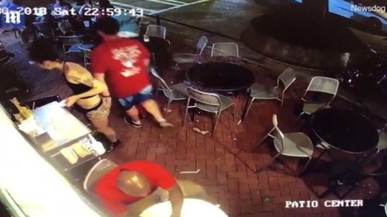 Acosó a una moza y terminó en el piso