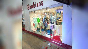 vandalos le destrozaron el blindex a una tienda de ropa infantil