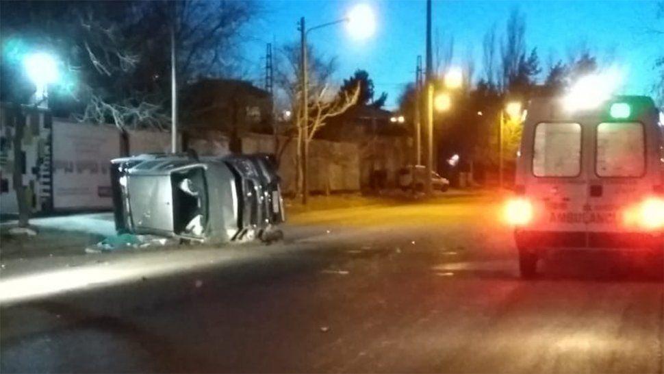 Perdió el control de la camioneta y volcó: murió un joven que iba de acompañante