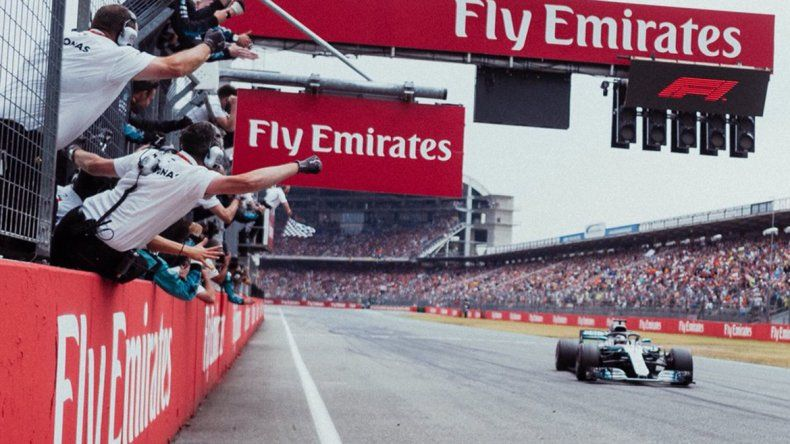 Hamilton se aprovechó de la lluvia y los errores de Ferrari en la estrategia