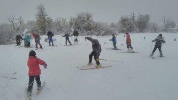Un ejemplo a seguir: chicos de una toma de Junín esquiaron por primera vez