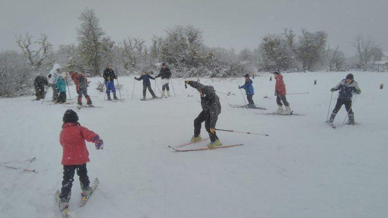 Un ejemplo a seguir: más de 30 chicos de una toma de Junín esquiaron por primera vez