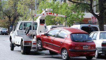por estacionar mal, la grua se lleva 25 autos todos los dias