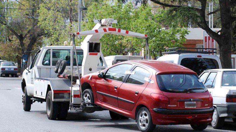 Por estacionar mal, la grúa se lleva 25 autos todos los días