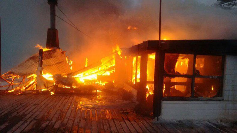 Un impresionante incendio consumió una confitería en La Hoya