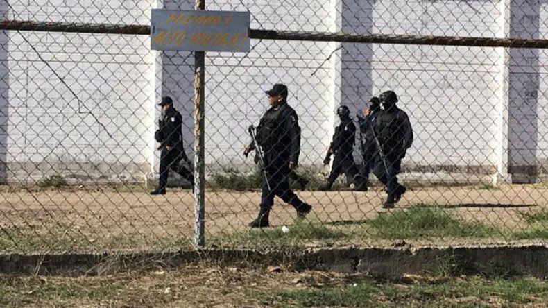 Vestidos como guardias, dos reos narcos se fugaron
