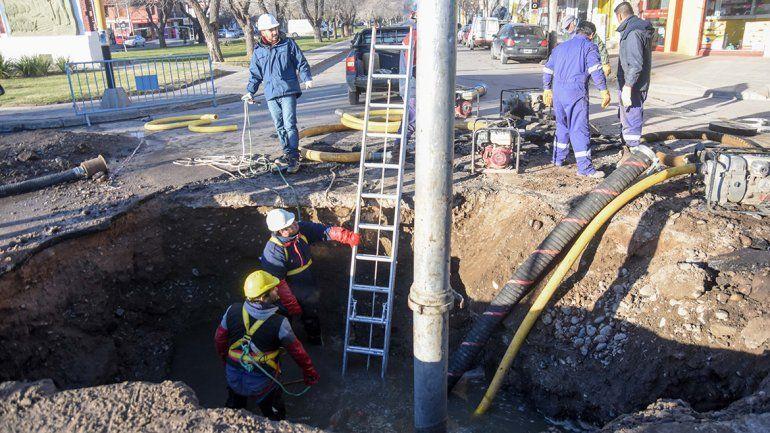 Cortan un carril de la Avenida Olascoaga y Lanín por reparación de un caño cloacal