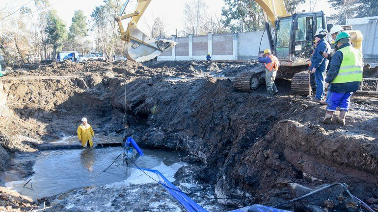 El agua se hace esperar: trabajarán toda la noche para arreglar el acueducto