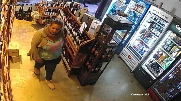 Una mechera se robó un whisky de 1400 pesos y quedó escrachada