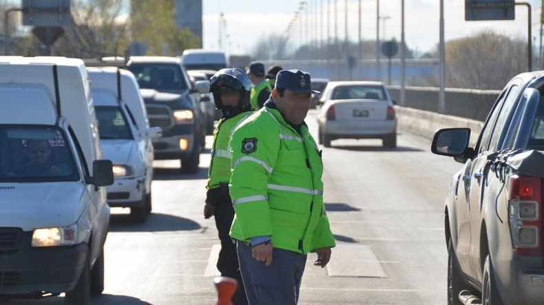 Policía amenazó y le apuntó  con su arma a un taxista