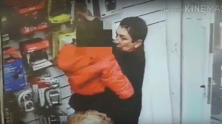 Un mechero robó un parlante con su hijo en brazos