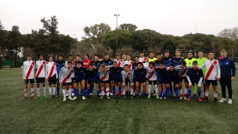Muchos chicos participan haciendo actividades deportivas.