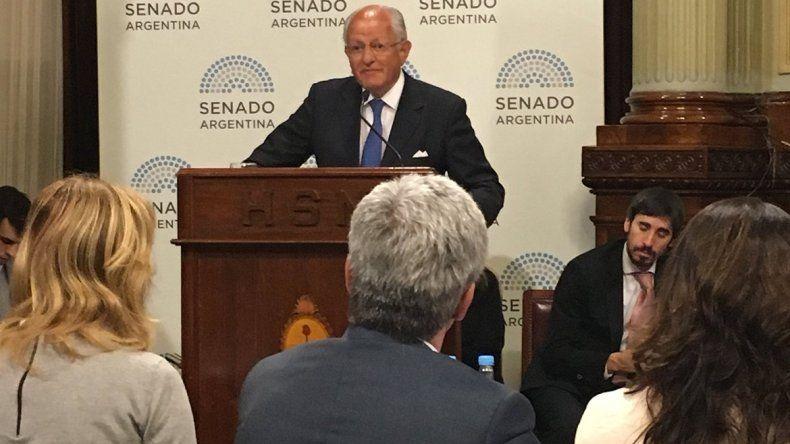 Senado: Albino, en contra del uso de preservativos