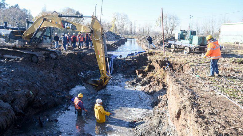 Siguen los trabajos en el caño roto y el EPAS dijo que a la tarde volverá el agua en el este