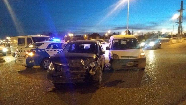 Choque entre un auto y una camioneta en el acceso a Alta Barda