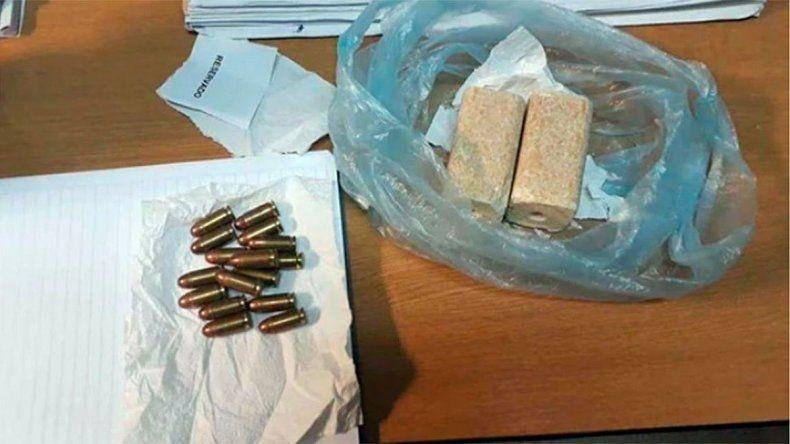 Había 455 gramos de TNT y 16 cartuchos calibre 45 en la bolsa.