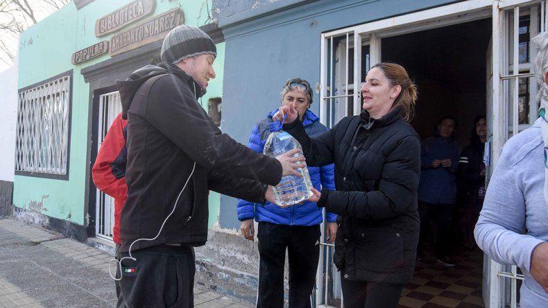 La entrega de agua envasada fue incesante durante el corte del suministro.