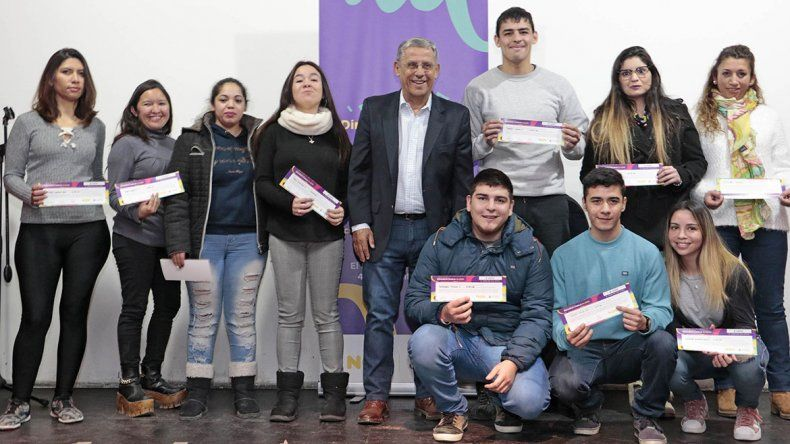 Distinguen a 100 estudiantes con una beca municipal