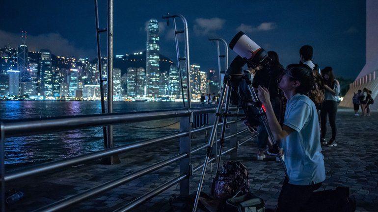 Los aficionados de Hong Kong quisieron ver de cerca el eclipse.