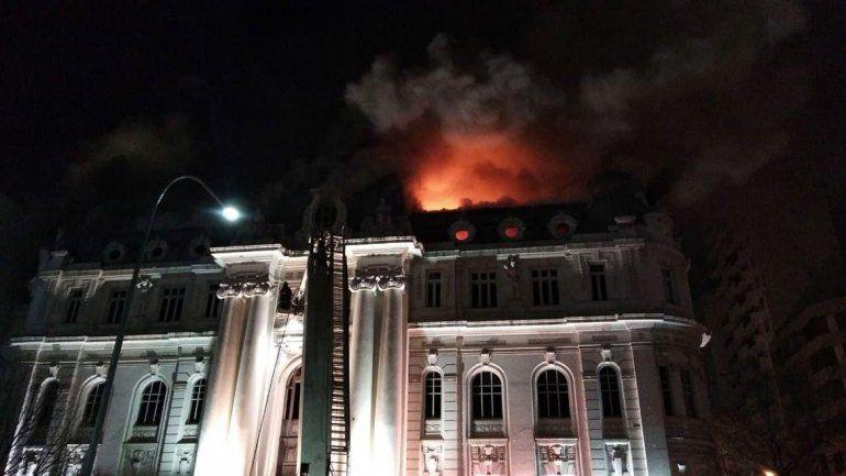 Impresionante incendio en el Banco Nación de Bahía Blanca