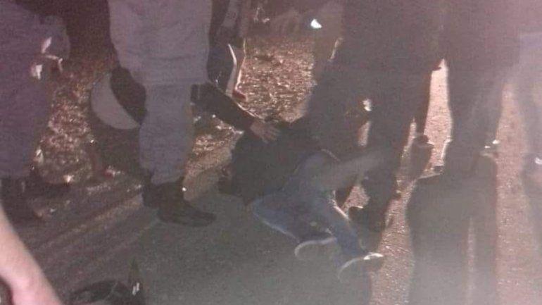 Esperaba el colectivo en la Ruta 22 y lo atropelló un auto