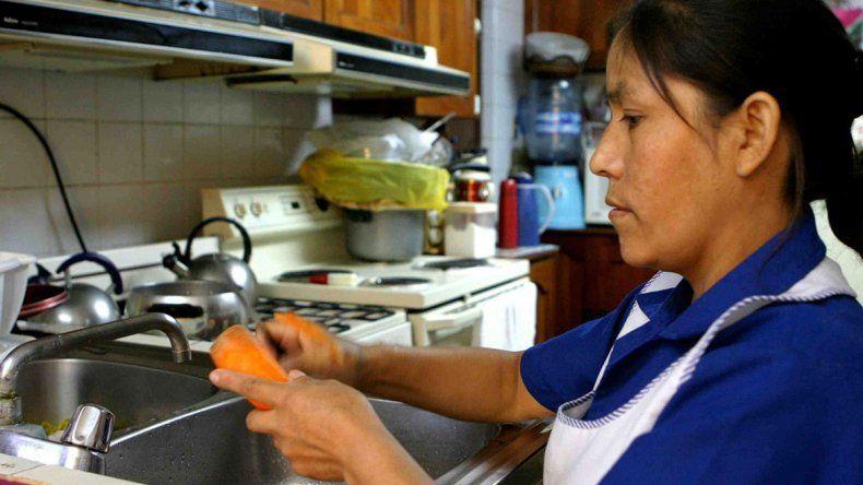 Las mujeres trabajan el doble en tareas del hogar