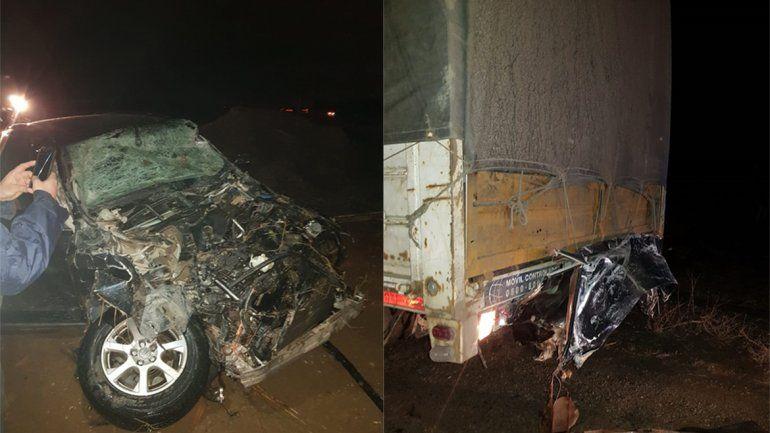 Alcoholizado chocó a un camión y terminó en un canal: tres heridos y un conductor fugado