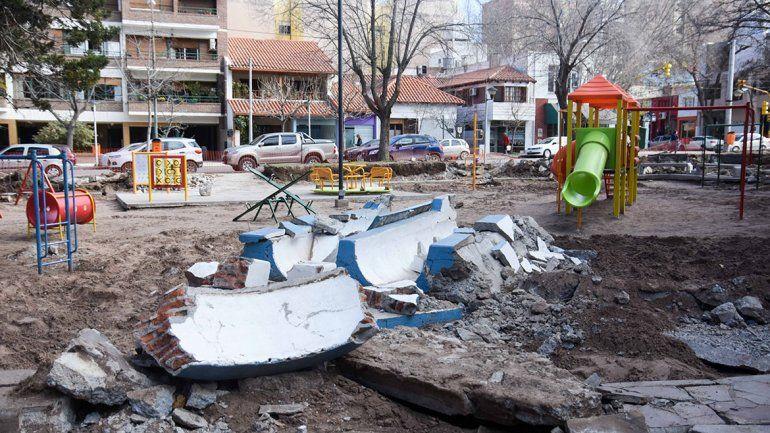 Por seguridad, cambian antiguos juegos de cemento por otros de material flexible en plaza Ministro González