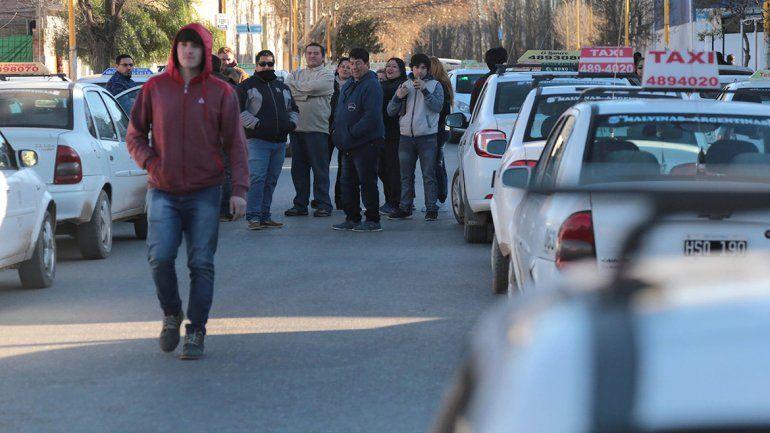 Taxistas cortan una calle por la cesión de licencias a dedo