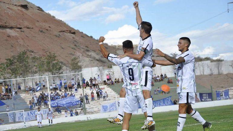 Huguito Silva y uno de sus 100 gritos de gol con el Dino.
