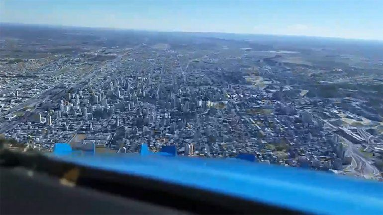 Así se ve un aterrizaje en Neuquén desde la nariz de un avión