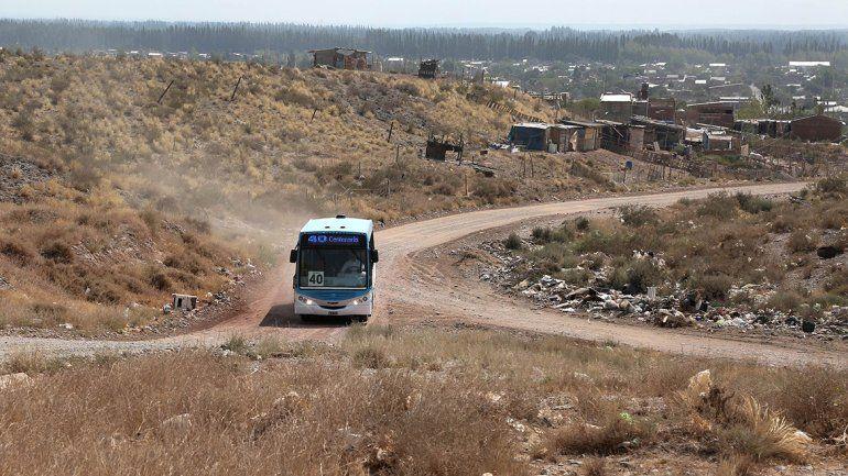 El colectivo en Centenario va por la meseta. El Deliberante podría exigirle más recorrido si hay otro aumento de tarifa.