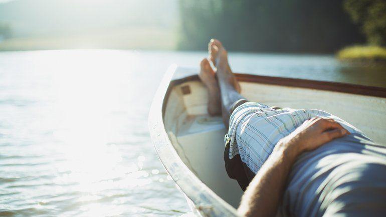 Lo ideal es poder tomar al menos dos períodos por año de vacaciones. Estudios afirman que eso disminuye