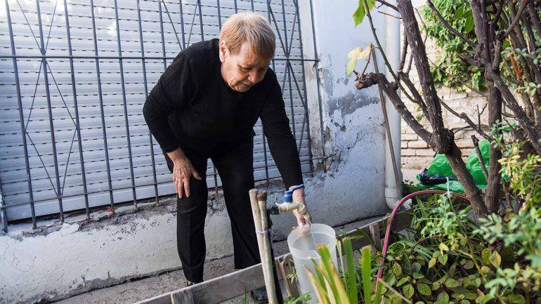 En Villa María juntan baldes de agua para lavar los platos