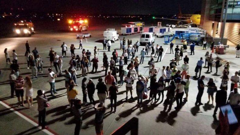 Autoridades revisaron la aeronave y confirmaron el origen del olor.