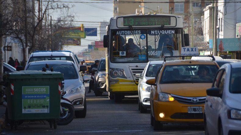 Los colectivos transitan como tortugas en la ciudad