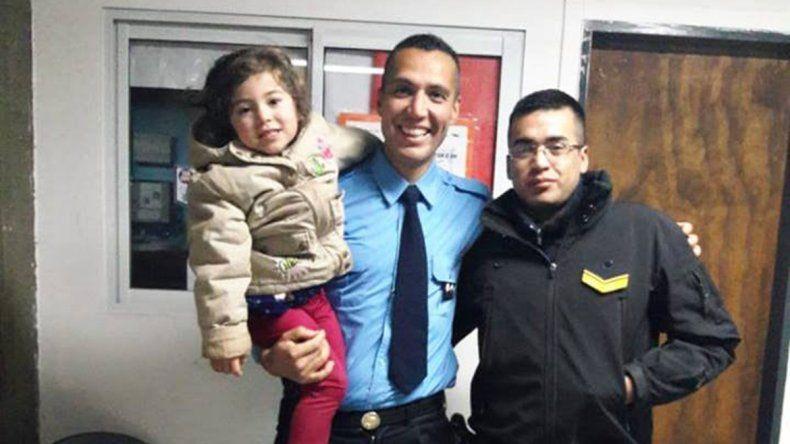 Dos policías le salvaron la vida a una nena de 3 años