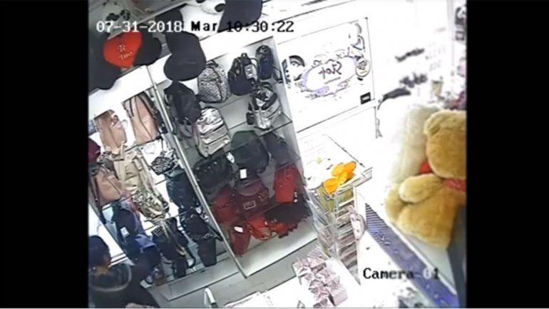 Mechera robó en un local y quedó escracharada en las cámaras de seguridad