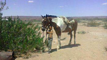 el nene que perdio a su caballo recibio una yegua y un potrillo