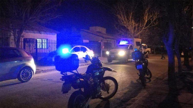 Bajo amenaza de un arma de fuego, le robaron a una mujer su auto y se lo incendiaron
