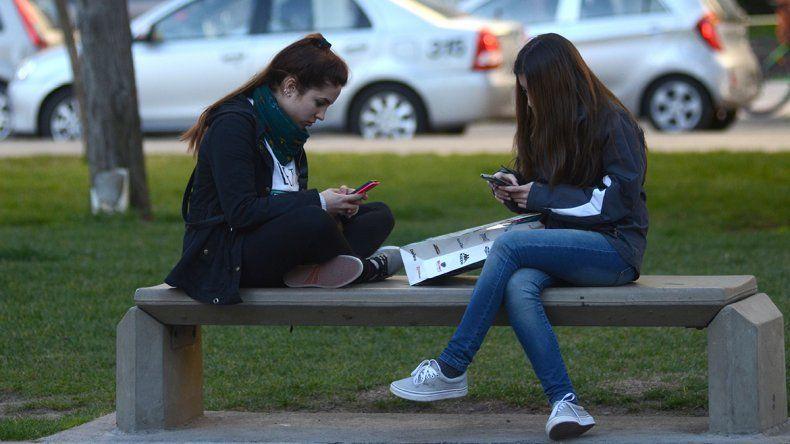 Conectados permanentemente. Los neuquinos ya conviven con la tecnología en toda la ciudad.