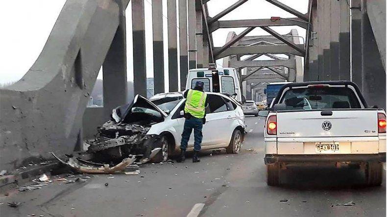 Chocaron un auto y un camión en los puentes carreteros: hay una persona herida