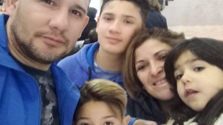 Luis y Natalia junto al Rulo y sus hermanos en el aeropuerto local.