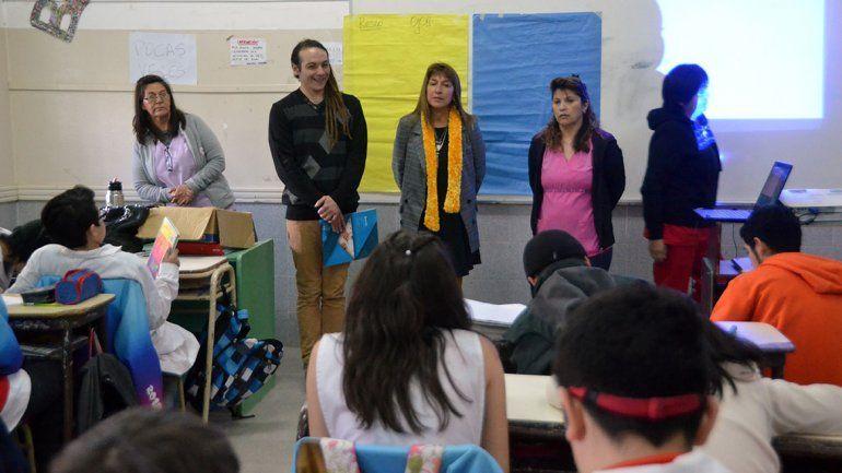 Especialistas del hospital Heller y Fundación OJO en un aula de la Escuela 212 del oeste de la ciudad.