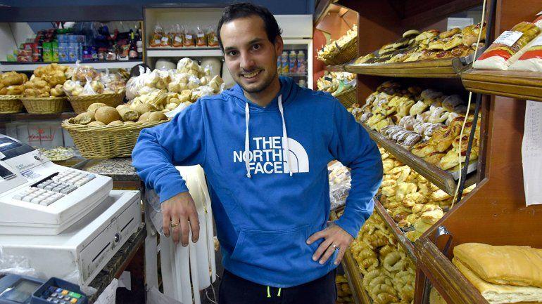 Francisco en la panadería Don Pedro de Plottier. Tradición familiar.