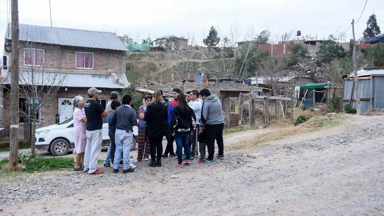 Quieren echar a una familia del barrio y amenazan con prenderles fuego la casa