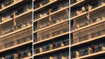 un hombre rescato a nene que colgaba de un balcon